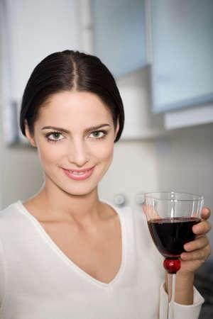 jovenes tomando alcohol: Mujer feliz beber vino Foto de archivo