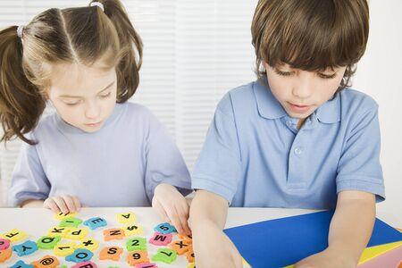 niño y niña: Niños y niñas jugando en la guardería