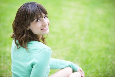 Vrouw die lacht buitenshuis Stockfoto