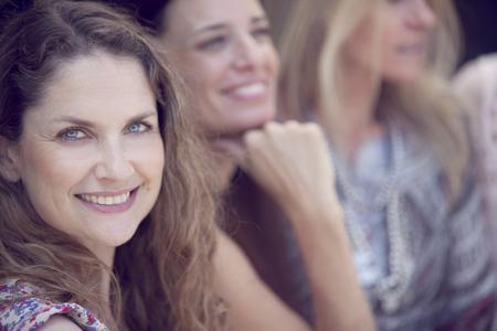 mujeres felices: Grupo de amigos femeninos que se divierten