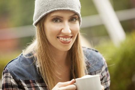 ni�as sonriendo: Feliz joven beber caf�