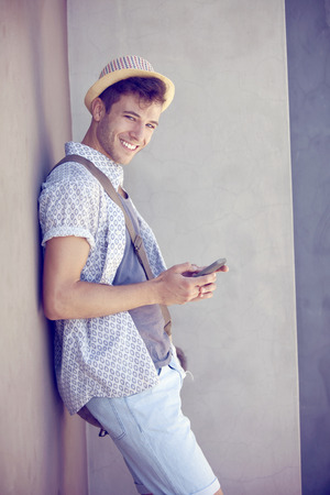 hombre con sombrero: Hombre feliz joven con el tel�fono m�vil