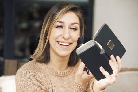 mujer maquillandose: Mujer aplicación de maquillaje