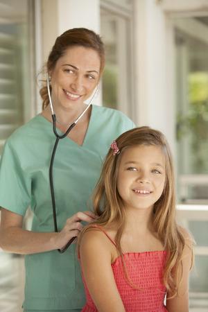 medico pediatra: niña feliz y el pediatra