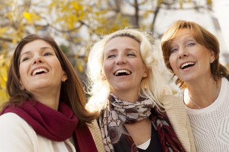 mujeres ancianas: grupo de mujeres adultas de amigos al aire libre Foto de archivo