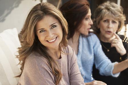 Gelukkig groep vrouwen plezier hebben en praten buitenshuis Stockfoto
