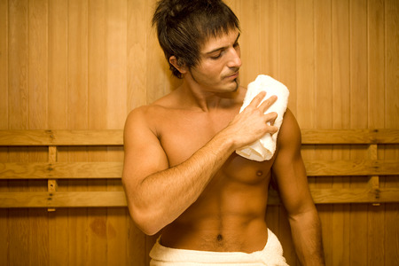 sauna nackt: Junger Mann in der Sauna entspannen