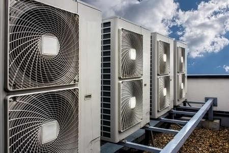 空調は、建物の側面に組み立て。 写真素材