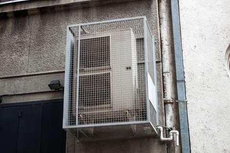 空調は、建物の側面に組み立て。 photo