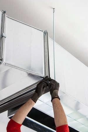 Instalación de conductos de ventilación para la inserción de aire fresco Foto de archivo - 40200672