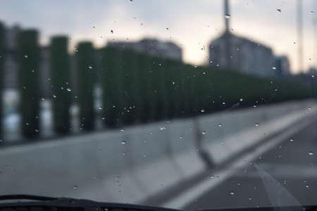 비오는 날에 앞 유리를 통해 봅니다.