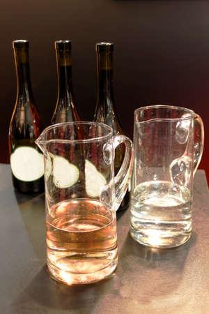 Tres botellas de vino rosado y un vaso de vino Foto de archivo - 40200924