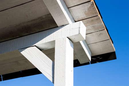 Estructura de un porche de techo blanco de madera Foto de archivo - 40200927
