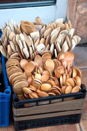Cucharas de madera en el mercado en caja de plástico Foto de archivo - 40200928