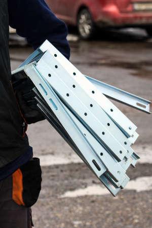 Trabajador lleva un portador para los acondicionadores de aire Foto de archivo - 40502442