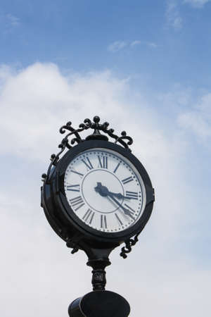 Reloj en uno de la calle principal. Foto de archivo - 40503716
