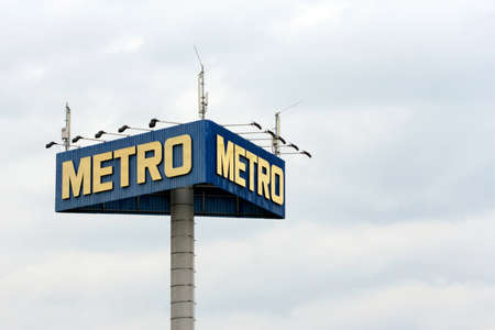 """BELGRADO, SERBIA - 04 de septiembre: El logotipo de la marca """"Metro"""" 04 de septiembre 2014. Foto de archivo - 44090818"""