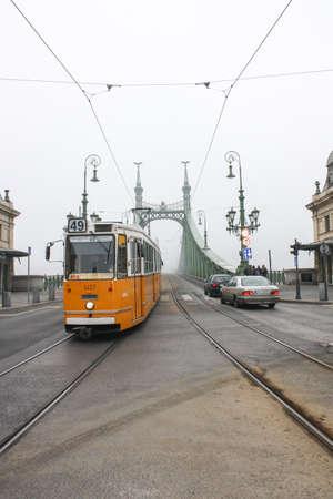 Budapest, Hungría - 3 de enero, 2014: No 47 de tranvía que pasa por Budapest. Tranvía amarillo viejo en Budapest, Hungría. Foto de archivo - 44090820