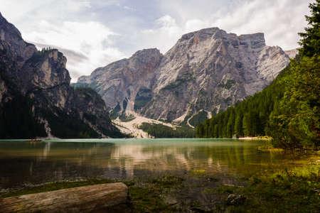 Le Pragser Wildsee, ou Lake Prags, le lac Braies est un lac dans les Dolomites Prags dans le Tyrol du Sud, en Italie. Il appartient à la municipalité de Prags qui se trouve dans la vallée de Prags Banque d'images