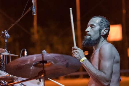 Bergamo, Italia. 26 de agosto de 2017. La banda de rock Adrenalin Dose se presenta en el festival Pollo Metal. Brambilla Simone Photography Live News Foto de archivo - 85227579