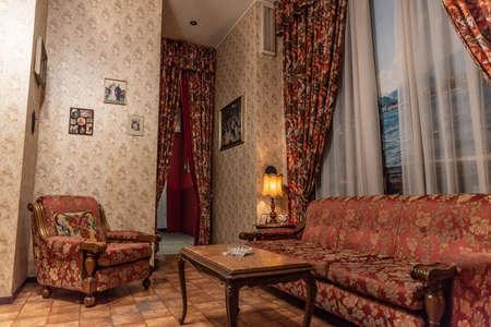 Interior de una casa de los años cincuenta, detalles de madera y papel tapiz en las paredes, imagen vertical