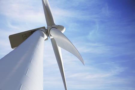 electricidad industrial: molino de viento de cerca contra el cielo