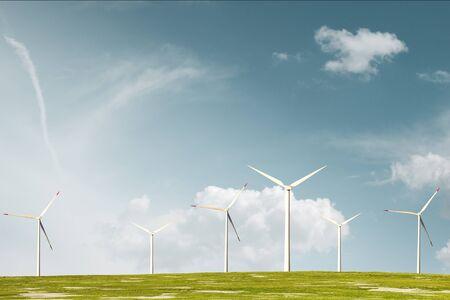 Parco eolico a prato con cielo nuvoloso
