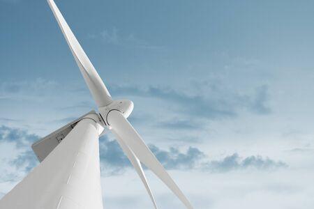 to wind: Molino de viento contra el cielo y el espacio para el texto