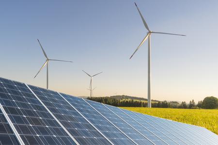 태양 전지 패널과 하늘을 초원에 태양 광 패널