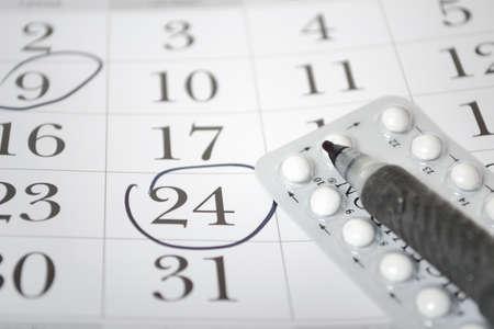 birth control: Las p�ldoras anticonceptivas y detalle de la pluma Foto de archivo