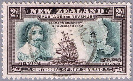 timbre postal: NUEVA ZELANDA - CIRCA 1940: Un sello impreso en Nueva Zelanda, muestra el retrato de Abel Tasman, serie, alrededor de 1940 Foto de archivo
