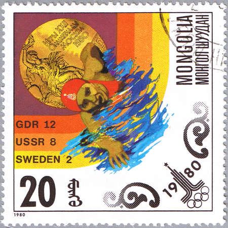 piscina olimpica: MONGOLIA - CIRCA 1980: Un sello impreso en Mongolia demuestra nadador, serie dedicada Juegos Olímpicos en Moscú, alrededor de 1980 Editorial
