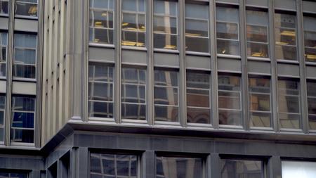 일반 사무실 큰 도시의 도시 건물의 외관. 많은 창문을 쐈다.