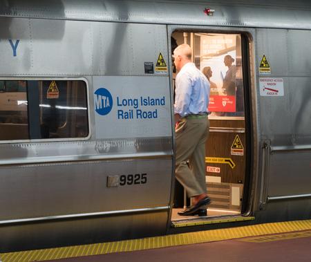 New York City, Circa 2017: Long Island Railroad MTA LIRR train in Penn Station Manhattan boarding passengers to leave NYC commute home during rush hour 新聞圖片