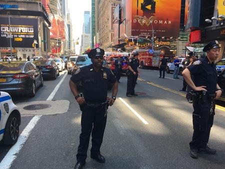 뉴욕시 -2011 년 5 월 : 타임스 스퀘어 자동차 사고 죽 일 및 맨하탄에서 뉴스 현장 속보 보행자 부상. NYPD 장교는 교통 및 사람들이 경찰주의 테이프를 건