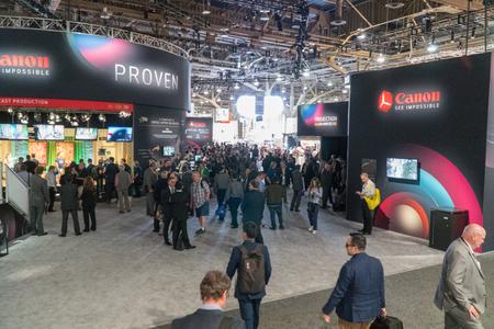 Las Vegas, NV - Abril de 2017: Corporação multinacional especializada na fabricação de produtos ópticos de imagem, câmeras e cabine de filmadoras no NAB Show. Associação Nacional de Emissoras