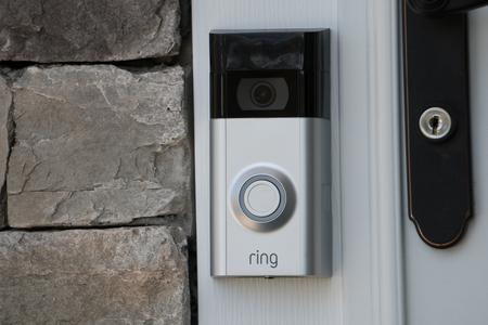 Nowy Jork, Stany Zjednoczone Ameryki - około 2018 r.: Dzwonek wideo Ring należący do firmy Amazon. produkuje domowe inteligentne produkty zabezpieczające, które umożliwiają właścicielom domów zdalne monitorowanie za pomocą aplikacji na smartfona. Przykładowe artykuły redakcyjne