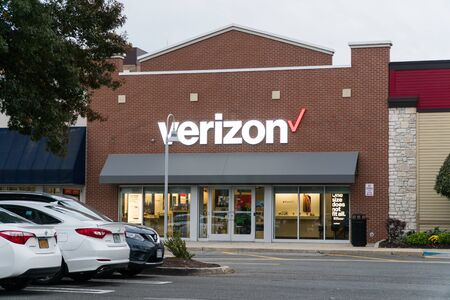 New York, USA - Circa 2018: Verizon wireless store front facade exterior view from parking lot in shopping center 新闻类图片