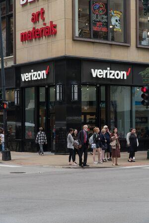 Chicago, USA - Circa 2019: Verizon wireless store on busy city street corner during day time 免版税图像