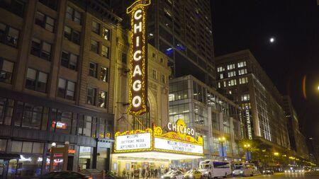 Chicago, IL - Circa 2019 : extérieur de nuit établissant la photo du Chicago Landmark Theatre situé dans la section en boucle du centre-ville détenu et exploité par Madison Square Garden. Lieu de scène célèbre