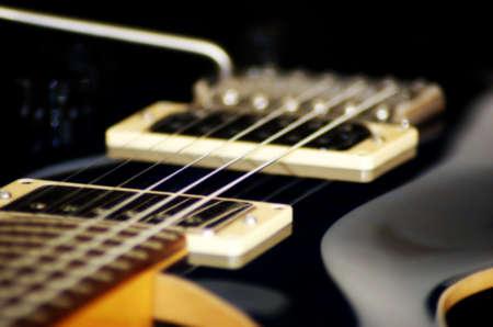 美しいギター ライン黒の背景に