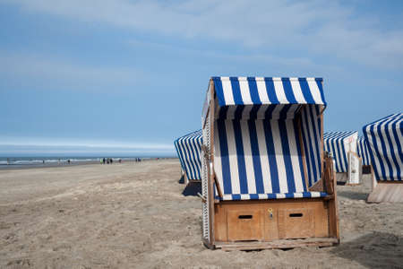 Strandkorb am sandstrand Standard-Bild - 77493668