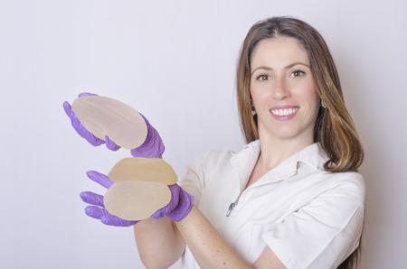 矽膠乳房植入物。護士拿著植入物。醫生拿著植入物。整形外科