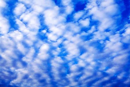 小さな白い雲が多い深い青空