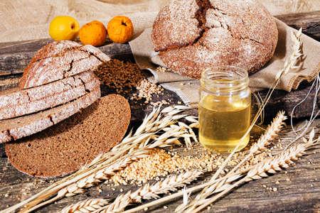 オリーブオイルとレモンの木製ボードにライ麦の全粒パン
