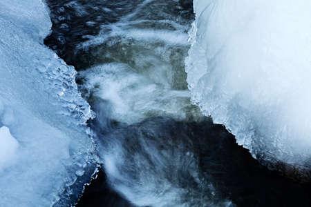 冬の日に、山の流れの小さなカスケード