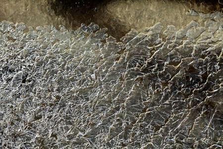 凍った小川の水の氷の結晶