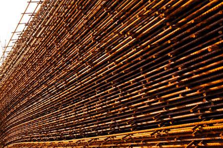Estructura de acero oxidado en el bastidor en el sitio de costruction Foto de archivo - 93531121