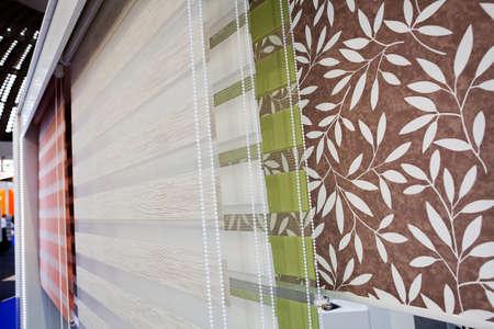 Las muestras de persianas y de cortinas para las ventanas con mehanism, observan la profundidad de campo baja Foto de archivo - 85003966