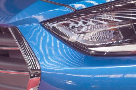 青い車、メモ フィールドの浅い深さのヘッドライトを入力します。 写真素材
